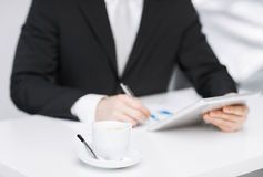 Uomo con il pc e la tazza di caffè della compressa Fotografia Stock