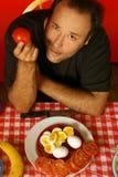 Uomo con il pomodoro Fotografia Stock