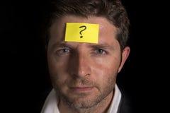 Uomo con il Post-it giallo sulla sua fronte Immagini Stock