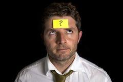 Uomo con il Post-it giallo sulla sua fronte Immagine Stock Libera da Diritti
