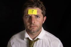 Uomo con il Post-it giallo sulla sua fronte Immagine Stock