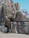 Uomo con il primo soldato Clothes di guerra mondiale: Lagazuoi nelle alpi italiane delle dolomia Fotografie Stock