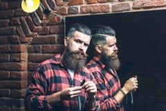 Uomo con il rasoio vicino allo specchio Immagini Stock