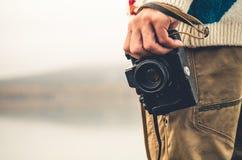 Uomo con il retro stile di vita di viaggio di modo della macchina fotografica della foto Fotografie Stock