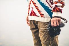 Uomo con il retro stile di vita di viaggio di modo della macchina fotografica della foto Fotografie Stock Libere da Diritti