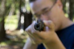 Uomo con il riffle dell'aria Fotografia Stock Libera da Diritti
