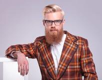 uomo con il riposo rosso lungo di vetro e della barba Fotografia Stock