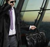 Uomo con il sacchetto Fotografia Stock