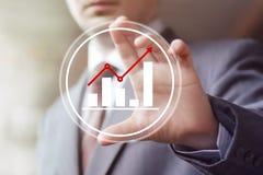 Uomo con il segno del diagramma dell'icona di web di affari del grafico Fotografie Stock