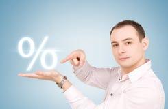 Uomo con il segno di percentuali immagine stock