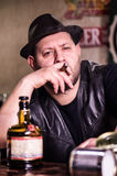 Uomo con il sigaro nel pub Immagine Stock