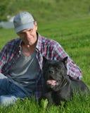 Uomo con il suo cane Fotografia Stock Libera da Diritti