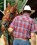 Uomo con il suo cavallo Fotografie Stock Libere da Diritti