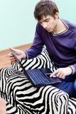 Uomo con il suo computer portatile Fotografia Stock