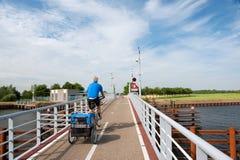 Uomo con il suo giro del doggy sulla bici fotografia stock libera da diritti