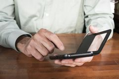 Uomo con il suo telefono cellulare immagine stock libera da diritti