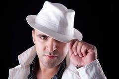 Uomo con il suoi cappello e cappotto bianchi Immagini Stock