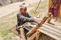 Uomo con il telaio nel Nepal Fotografia Stock