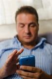 Uomo con il telefono astuto Fotografie Stock Libere da Diritti