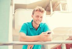Uomo con il telefono astuto Fotografie Stock