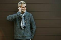 Uomo con il telefono cellulare Fotografie Stock