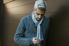 Uomo con il telefono cellulare Fotografia Stock Libera da Diritti