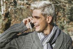 Uomo con il telefono cellulare Immagini Stock Libere da Diritti