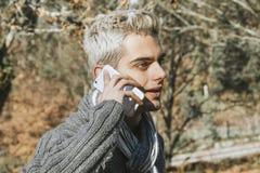 Uomo con il telefono cellulare Immagine Stock