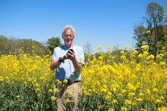 Uomo con il telefono cellulare Fotografia Stock