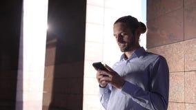 Uomo con il telefono Uomo d'affari facendo uso dello smartphone all'aperto stock footage