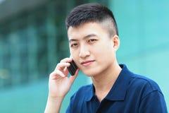 Uomo con il telefono mobile Fotografie Stock Libere da Diritti