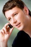 Uomo con il telefono mobile all'aperto Fotografia Stock Libera da Diritti