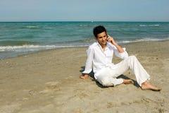 Uomo con il telefono mobile esterno Fotografia Stock Libera da Diritti
