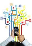 Uomo con il telefono sulle mani e linee con le icone dell'applicazione che vengono sulla forma lui sul pavimento Immagine Stock