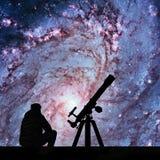Uomo con il telescopio che esamina le stelle 83 più sudici Immagine Stock