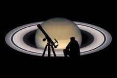 Uomo con il telescopio che esamina le stelle Pianeta di Saturn Immagine Stock Libera da Diritti