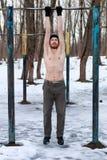 Uomo con il torso nudo che fa allenamento della via Fotografie Stock Libere da Diritti