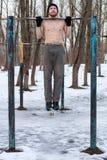 Uomo con il torso nudo che fa allenamento della via Immagine Stock Libera da Diritti