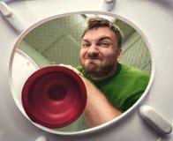 Uomo con il tuffatore della tazza fotografie stock
