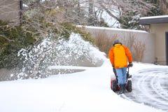 Uomo con il ventilatore di neve rosso Fotografie Stock Libere da Diritti