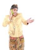 Uomo con il vestito tradizionale di Java facendo uso del telefono cellulare Immagine Stock Libera da Diritti