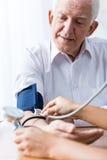 Uomo con ipertensione e controllo regolare fotografia stock
