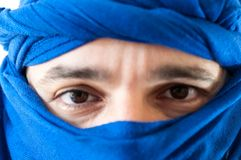 Uomo con keffiyeh fotografia stock libera da diritti