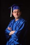 Uomo con l'abito e la protezione di graduazione fotografia stock libera da diritti