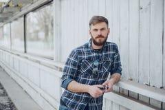 Uomo con l'aggeggio ed i vetri fotografie stock libere da diritti