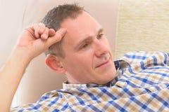 Uomo con l'aiuto sordo Immagine Stock
