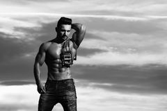 Uomo con l'allenamento dell'ente muscolare con la pinza di presa dell'estensore Fotografie Stock Libere da Diritti