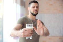 Uomo con l'allergia del latte fotografie stock