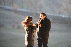 Uomo con l'anello di fidanzamento Fotografia Stock
