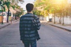 Uomo con l'attaccatura della macchina fotografica d'annata Fotografia Stock